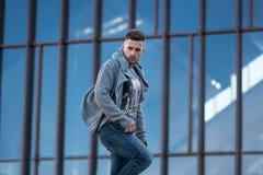 Hombre de moda sobre el edificio Foto de archivo libre de regalías