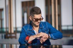 Hombre de moda y elegante Fotografía de archivo libre de regalías