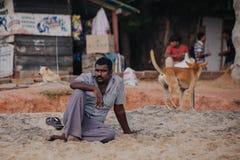 Hombre de Ndian en la playa típica durante ceremonia en la playa de Papanasam Foto de archivo libre de regalías