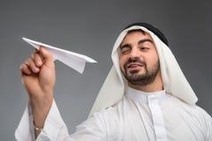 Hombre de negocios árabe con el aeroplano de papel Fotos de archivo libres de regalías
