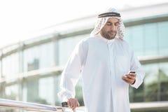 Hombre de negocios árabe con el teléfono móvil imagen de archivo libre de regalías