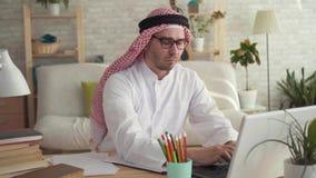Hombre de negocios árabe del hombre en el trabajo en un ordenador portátil almacen de metraje de vídeo