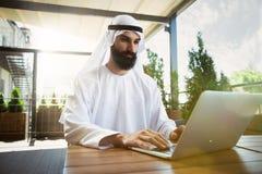 Hombre de negocios árabe del saudí que trabaja al aire libre foto de archivo