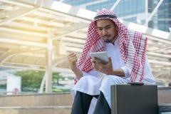 Hombre de negocios árabe usando la tableta Fotografía de archivo