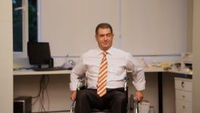 Hombre de negocios acertado con la silla de ruedas almacen de video