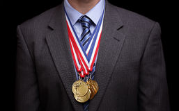 Hombre de negocios acertado con las medallas de oro fotos de archivo libres de regalías