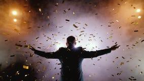 Hombre de negocios acertado con los brazos para arriba que celebra su victoria Celebración de éxito Opinión de ángulo bajo de jóv almacen de video