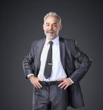 Hombre de negocios acertado, confiado que lleva a cabo sus manos en la correa Foto de archivo