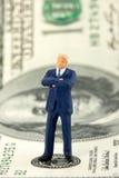Hombre de negocios acertado en el billete de banco $100 Imagen de archivo libre de regalías