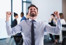 Hombre de negocios acertado en oficina durante una reunión fotografía de archivo libre de regalías