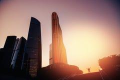 Hombre de negocios acertado en rascacielos del fondo imágenes de archivo libres de regalías