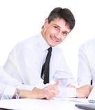 Hombre de negocios acertado en un fondo blanco, sonriendo y mirando la cámara fotos de archivo