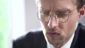 Hombre de negocios acertado en vidrios que piensa en algo Retrato almacen de metraje de vídeo