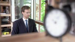 Hombre de negocios acertado en vidrios que piensa en algo Retrato metrajes