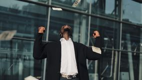 Hombre de negocios acertado feliz de recibir alto porcentaje del depósito bancario, dinero fácil Él exterior de la situación cerc almacen de metraje de vídeo