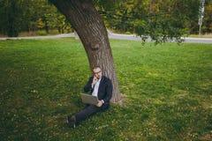 Hombre de negocios acertado joven imagen de archivo