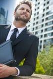 Hombre de negocios acertado joven en ciudad moderna Fotografía de archivo libre de regalías