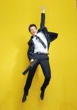 Hombre de negocios acertado joven en el salto de la victoria Fotografía de archivo