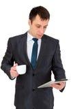 Hombre de negocios acertado joven en un traje de negocios, aislado en blanco Foto de archivo