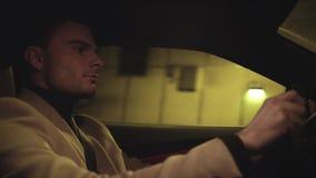 Hombre de negocios acertado joven que conduce el coche en túnel subterráneo almacen de metraje de vídeo