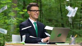 Hombre de negocios acertado joven que consigue la renta, gestión de tiempo eficaz, lento-MES metrajes