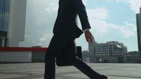 Hombre de negocios acertado que camina en hombre joven grande de la ciudad, confiado y ambicioso almacen de metraje de vídeo