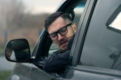 Hombre de negocios acertado que conduce el coche de lujo imagen de archivo libre de regalías