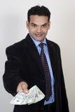 Hombre de negocios acertado que da el dinero fotos de archivo