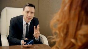 Hombre de negocios acertado que habla con su avión de la secretaria en privado almacen de video