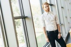 Hombre de negocios acertado que hace una pausa la ventana Fotos de archivo libres de regalías