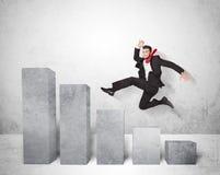 Hombre de negocios acertado que salta sobre cartas en fondo Imagenes de archivo