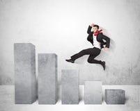Hombre de negocios acertado que salta sobre cartas en fondo Imagen de archivo