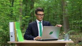 Hombre de negocios acertado que se relaja al aire libre después de oficina trabajadora, respetuosa del medio ambiente metrajes