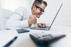 Hombre de negocios acertado que se sienta en su oficina imagen de archivo libre de regalías