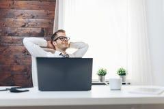 Hombre de negocios acertado que se sienta en su oficina imágenes de archivo libres de regalías