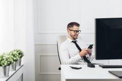 Hombre de negocios acertado que trabaja en su oficina foto de archivo libre de regalías