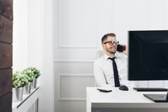 Hombre de negocios acertado que trabaja en su oficina foto de archivo