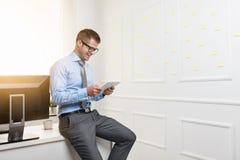 Hombre de negocios acertado que trabaja en su oficina imágenes de archivo libres de regalías