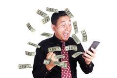 Hombre de negocios acertado See His Phone, gesto sorprendido feliz Fotos de archivo