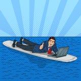 Hombre de negocios acertado Surfing en el mar con el ordenador portátil Arte pop ilustración del vector