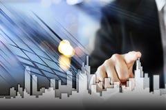 Hombre de negocios Activate Growth Process, eligiendo la casa, concepto de la ciudad de las propiedades inmobiliarias Presionado  Fotografía de archivo