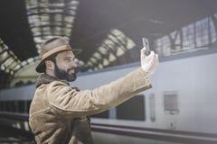 Hombre de negocios adulto atractivo que hace el selfie en un teléfono móvil Empresario profesional casual que usa smartphone afue Foto de archivo