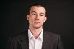 Hombre de negocios adulto en un fondo negro Imagen de archivo libre de regalías