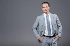 hombre de negocios adulto hermoso en el traje elegante que mira la cámara Imagen de archivo libre de regalías