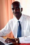 Hombre de negocios africano en oficina Foto de archivo libre de regalías