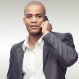 Hombre de negocios africano joven acertado Foto de archivo