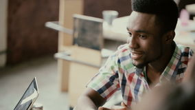 Hombre de negocios africano joven que habla con el pequeño grupo de personas El hombre hermoso hace la presentación del proyecto, almacen de video