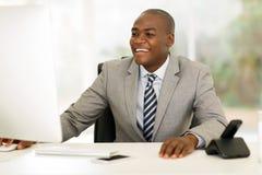 Hombre de negocios africano joven que trabaja en el ordenador Imágenes de archivo libres de regalías