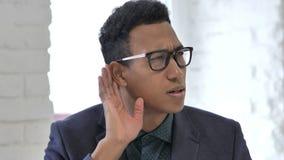 Hombre de negocios africano Listening Information con cuidado almacen de metraje de vídeo