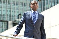 Hombre de negocios africano que camina abajo de las escaleras foto de archivo libre de regalías
